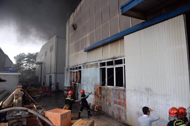 Cháy lớn ở khu công nghiệp Ngọc Hồi, nhiều người hoảng loạn bỏ chạy - ảnh 3