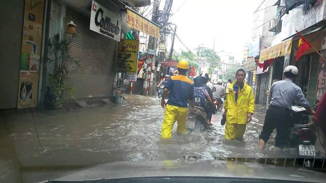[ẢNH] Hà Nội ngập nặng sau trận mưa liên tục suốt đêm - Ảnh 1.