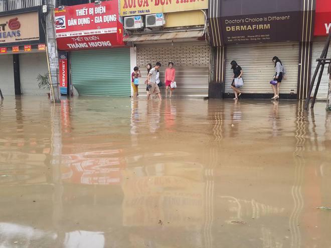 [ẢNH] Hà Nội ngập nặng sau trận mưa liên tục suốt đêm - Ảnh 4.