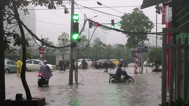 [ẢNH] Hà Nội ngập nặng sau trận mưa liên tục suốt đêm - Ảnh 32.