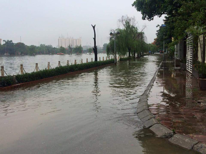 [ẢNH] Hà Nội ngập nặng sau trận mưa liên tục suốt đêm - Ảnh 7.