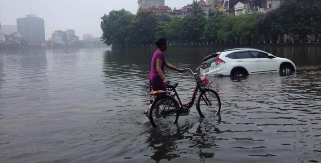 [ẢNH] Hà Nội ngập nặng sau trận mưa liên tục suốt đêm