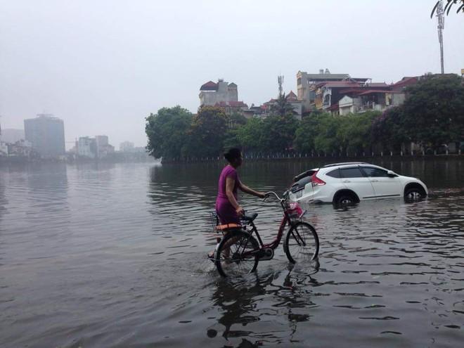 [ẢNH] Hà Nội ngập nặng sau trận mưa liên tục suốt đêm - Ảnh 6.