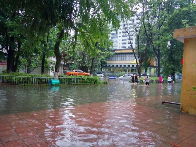 [ẢNH] Hà Nội ngập nặng sau trận mưa liên tục suốt đêm - Ảnh 17.