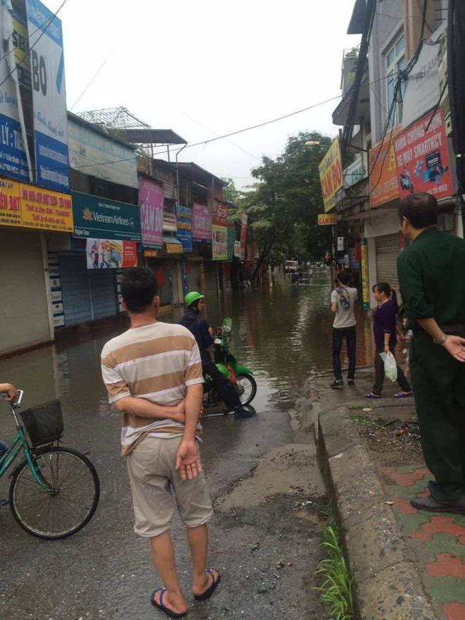 [ẢNH] Hà Nội ngập nặng sau trận mưa liên tục suốt đêm - Ảnh 15.