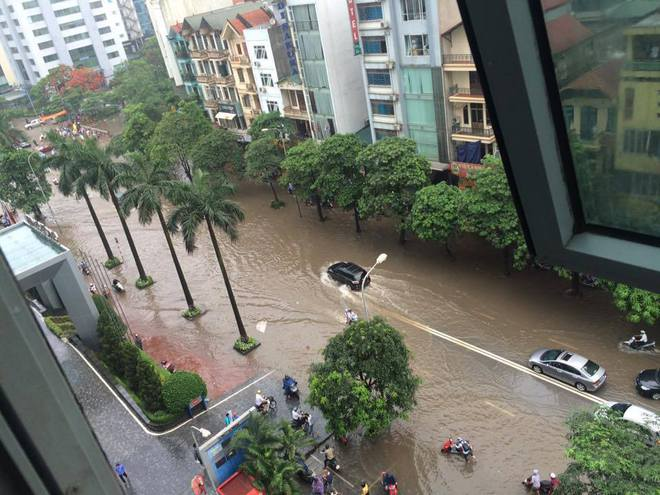 [ẢNH] Hà Nội ngập nặng sau trận mưa liên tục suốt đêm - Ảnh 8.