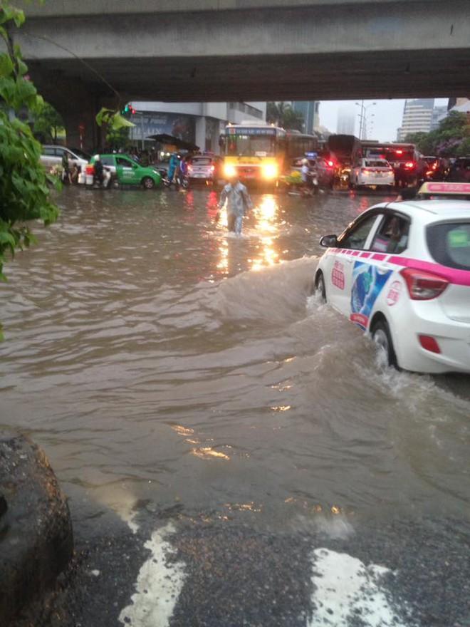 [ẢNH] Hà Nội ngập nặng sau trận mưa liên tục suốt đêm - Ảnh 31.
