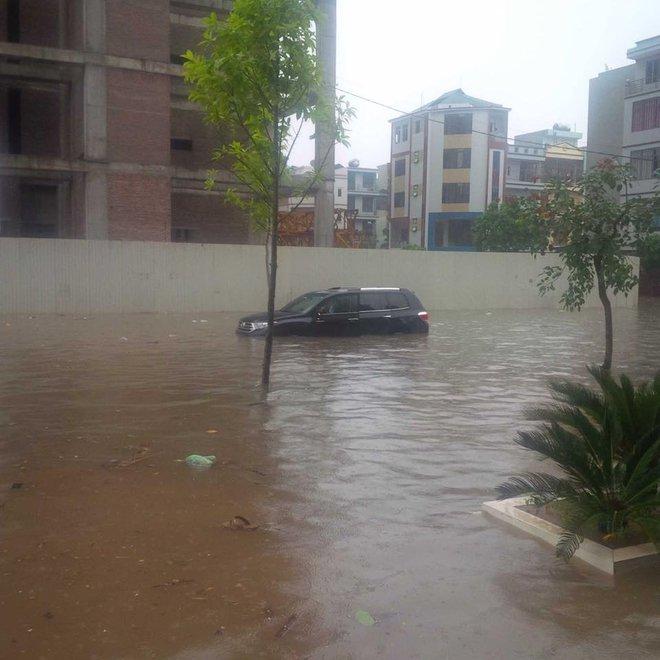 [ẢNH] Hà Nội ngập nặng sau trận mưa liên tục suốt đêm - Ảnh 23.
