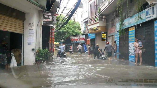 [ẢNH] Hà Nội ngập nặng sau trận mưa liên tục suốt đêm - Ảnh 2.