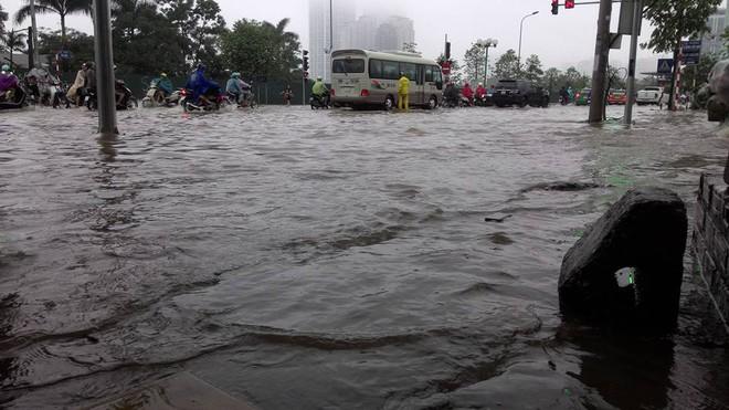 [ẢNH] Hà Nội ngập nặng sau trận mưa liên tục suốt đêm - Ảnh 33.