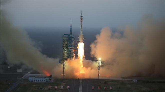 Lưu Vân Sơn ngáp dài khi xem Trung Quốc phóng tàu Shenzhou-11 - Ảnh 1.
