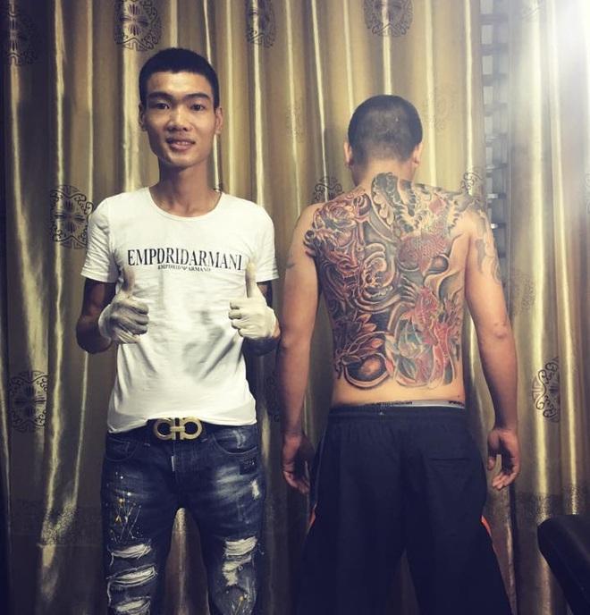 Thanh niên xăm trổ đấm lưng cho bố nhận nghìn like từ dân mạng - Ảnh 2.