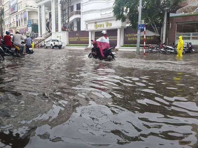 [ẢNH] Hà Nội ngập nặng sau trận mưa liên tục suốt đêm - Ảnh 11.