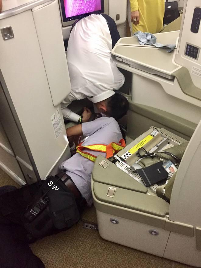 Khách làm rơi iPhone và những giọt mồ hôi của tiếp viên hàng không - Ảnh 2.