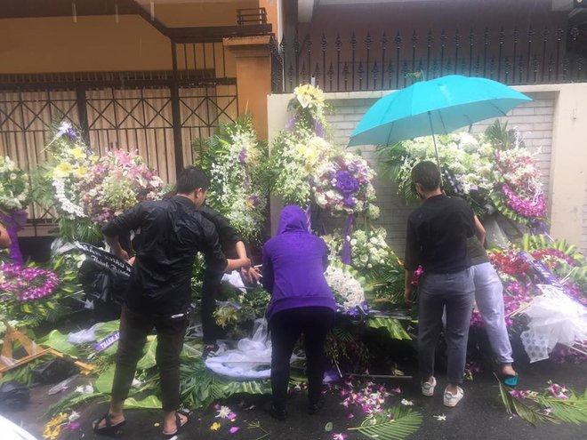 Vòng hoa viếng Minh Thuận tan hoang dưới mưa lớn - Ảnh 3.