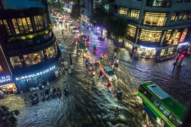 Cảnh tượng đặc biệt ở Sài Gòn sau cơn mưa lớn tối qua - Ảnh 4.