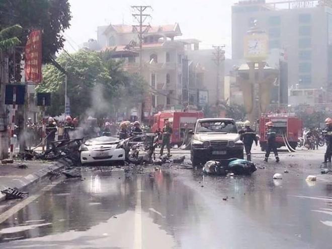 Clip: Kinh hoàng ô tô phát nổ như bom khiến 2 người chết