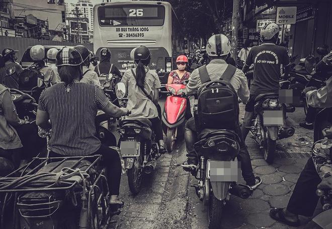 Người phụ nữ đi xe máy đỏ khiến cả cộng đồng mạng chào thua - Ảnh 1.