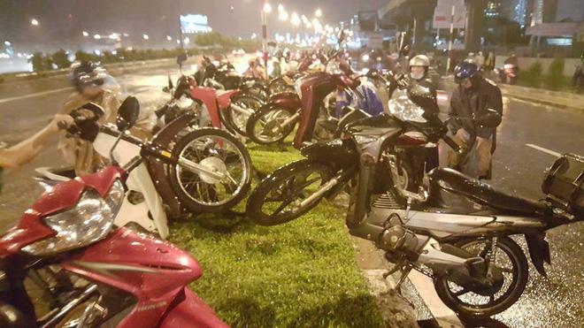 Cảnh tượng đặc biệt ở Sài Gòn sau cơn mưa lớn tối qua - Ảnh 1.