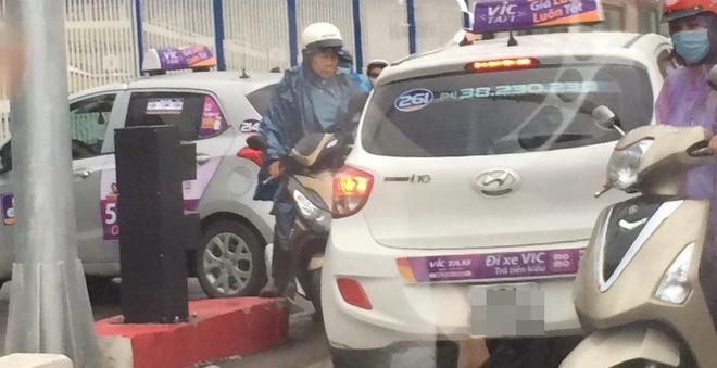 Sáng nay, tài xế taxi khiến cả một phố Hà Nội bức xúc - Ảnh 1.