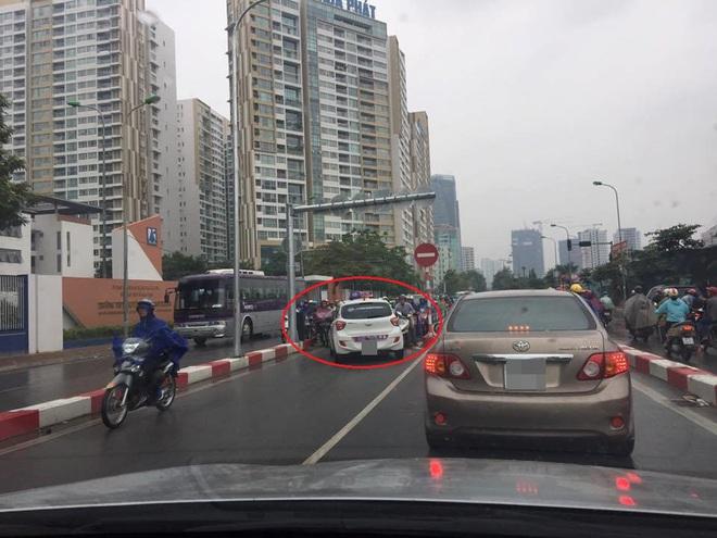 Sáng nay, tài xế taxi khiến cả một phố Hà Nội bức xúc - Ảnh 2.