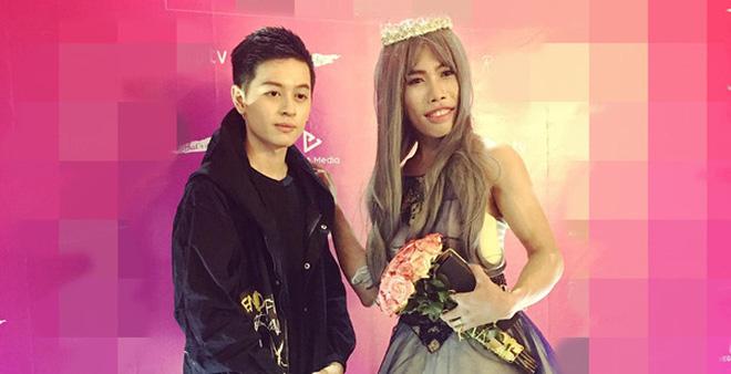"""Tùng Sơn mặc váy, đội vương miện cùng """"bạn trai"""" soái  ca"""