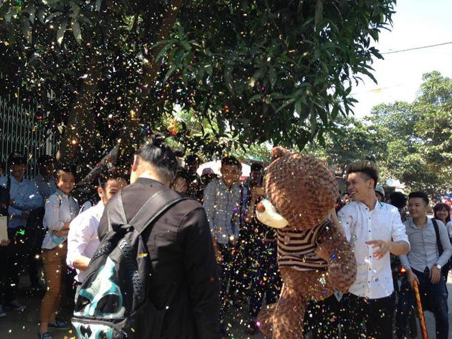 Chàng mảnh mai tặng gấu khủng cho bạn gái ngoại cỡ - Ảnh 1.