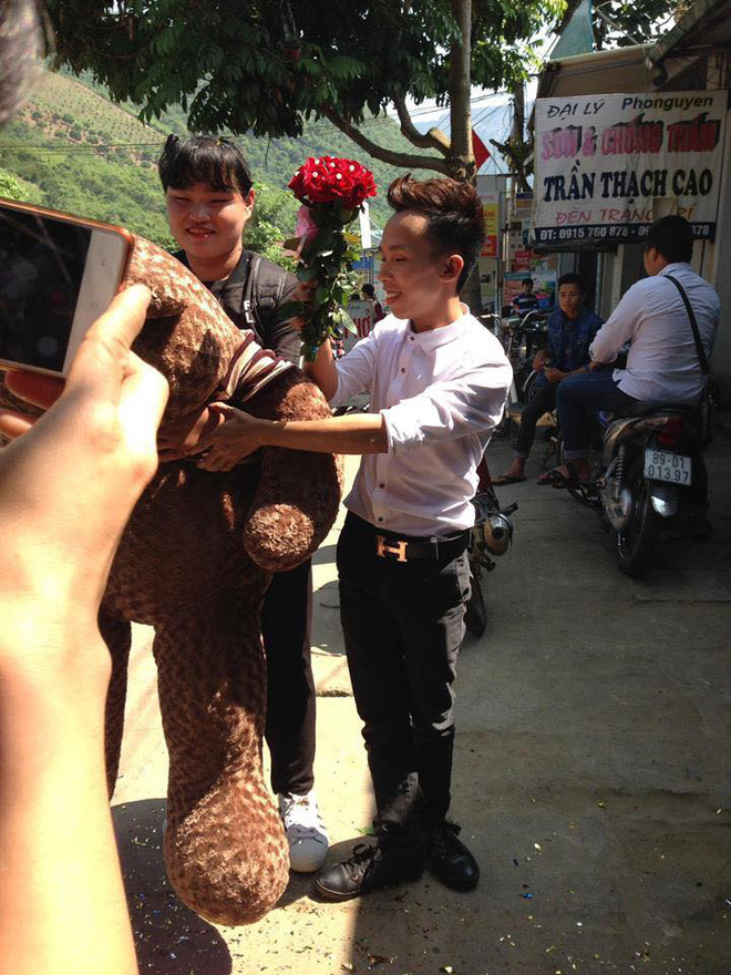 Chàng mảnh mai tặng gấu khủng cho bạn gái ngoại cỡ - Ảnh 4.