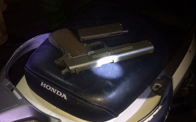 Thanh niên đi SH giấu súng ngắn trong cốp xe