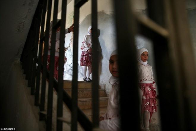 Cận cảnh lớp học dã chiến của trẻ em Syria trong thời kỳ bom đạn - Ảnh 13.