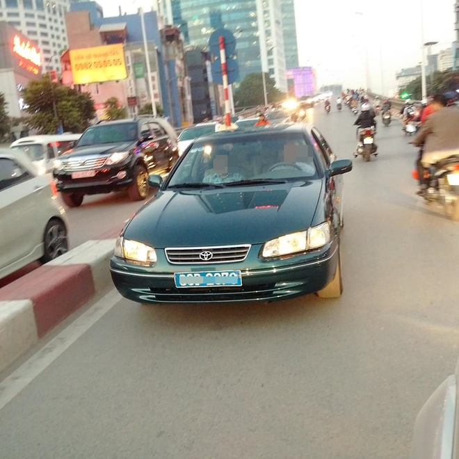 Xe biển xanh đi ngược chiều trên cầu vượt Hà Nội bị tài xế dạy một bài học - Ảnh 1.