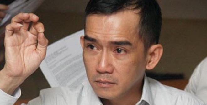 Minh Thuận vẫy tay chào tạm biệt người thân