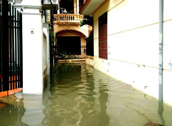 [ẢNH] Hà Nội ngập nặng sau trận mưa liên tục suốt đêm - Ảnh 20.