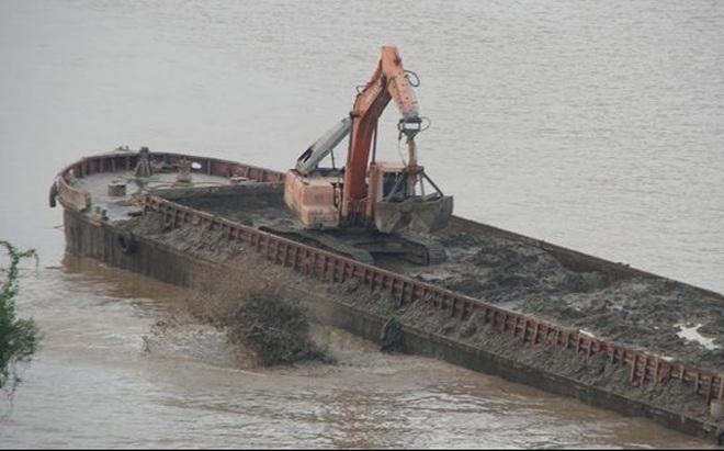 Tạm giữ 'tàu lạ' xả chất thải ra sông Hồng