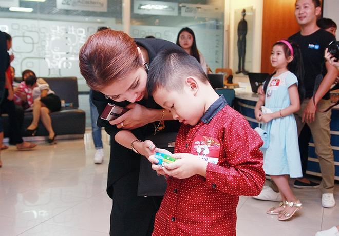 Con trai Vân Hugo bật khóc vì bức xúc  - Ảnh 11.