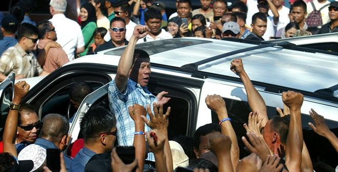 """Duterte hồ đồ ư? Ông ấy đang """"dắt mũi"""" cả Mỹ và Trung Quốc đấy chứ"""