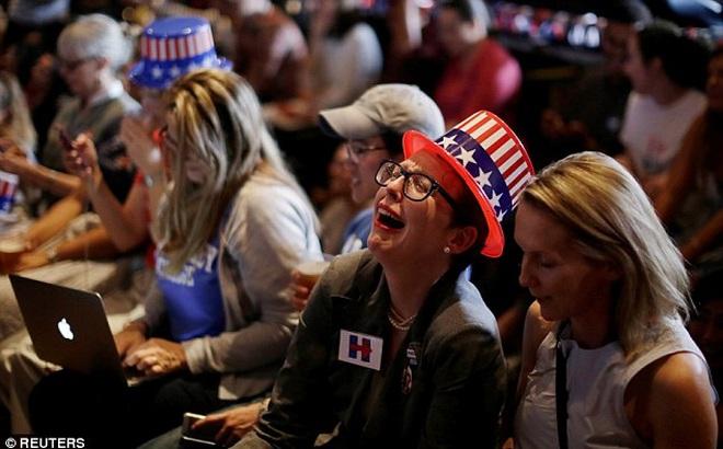 [CHÙM ẢNH] Người ủng hộ Clinton tuyệt vọng nức nở, fan Trump reo hò ăn mừng chiến thắng