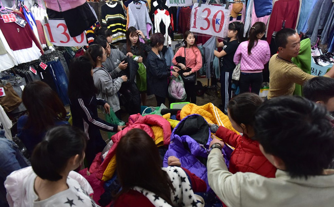 Chen chân mua đồ chống rét đêm lạnh 16 độ C