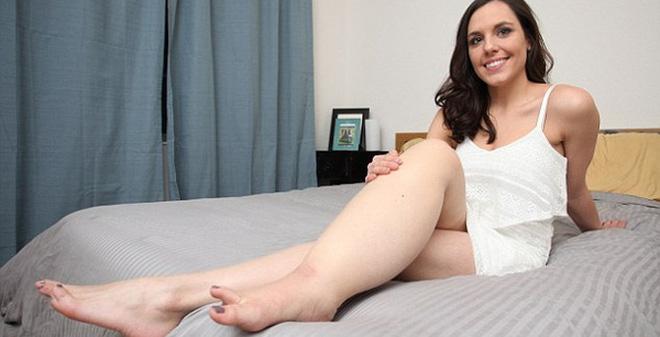 Chân này to gấp đôi chân kia, cô gái vẫn khiến bạn trai mê đắm