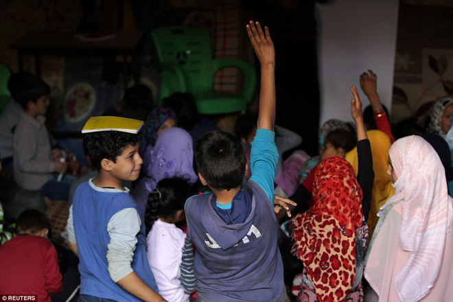 Cận cảnh lớp học dã chiến của trẻ em Syria trong thời kỳ bom đạn - Ảnh 3.