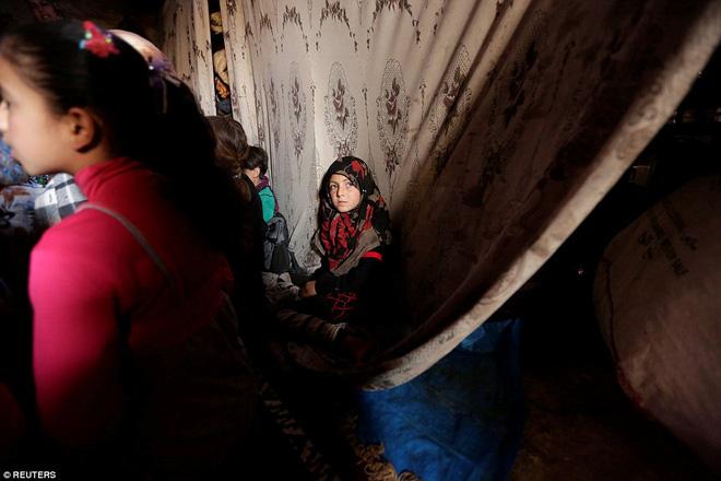 Cận cảnh lớp học dã chiến của trẻ em Syria trong thời kỳ bom đạn - Ảnh 4.