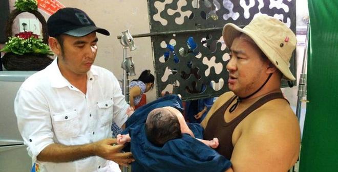 Bà xã Hiếu Hiền lên tiếng về việc cho con mới sinh 6 giờ đi đóng phim