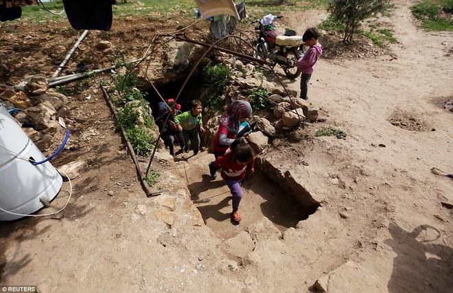 Cận cảnh lớp học dã chiến của trẻ em Syria trong thời kỳ bom đạn - Ảnh 2.