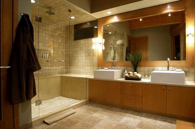 Đây là lý do vì sao phòng tắm khách sạn làm bằng kính trong suốt - Ảnh 2.