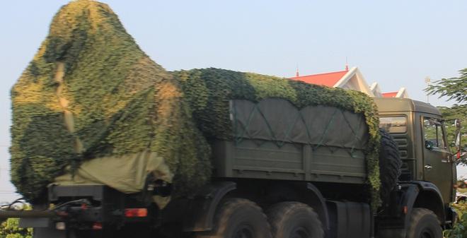 Xe cẩu tự hành kiêm đầu kéo xe thu phát UNV-2TM trong tư thế hành quân của tổ hợp tên lửa phòng không S-125-2TM.