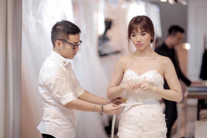 Trấn Thành - Hari Won nắm chặt tay nhau đi thử đồ cưới - Ảnh 9.