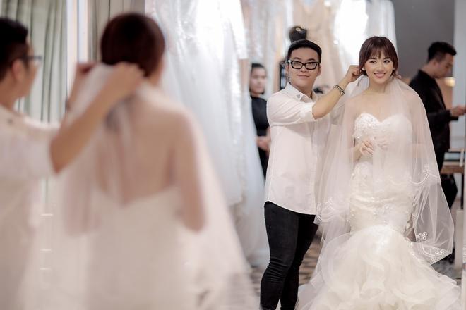 Trấn Thành - Hari Won nắm chặt tay nhau đi thử đồ cưới - Ảnh 6.