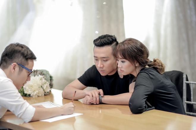 Trấn Thành - Hari Won nắm chặt tay nhau đi thử đồ cưới - Ảnh 4.