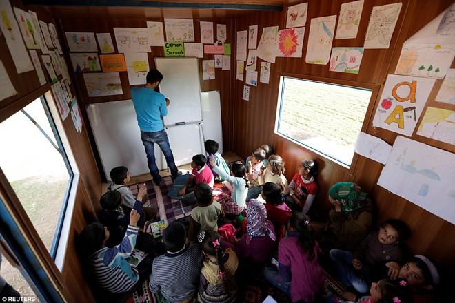 Cận cảnh lớp học dã chiến của trẻ em Syria trong thời kỳ bom đạn - Ảnh 9.