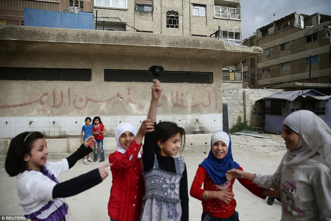 Cận cảnh lớp học dã chiến của trẻ em Syria trong thời kỳ bom đạn - Ảnh 10.